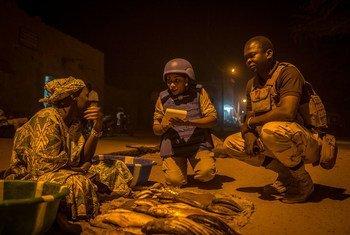 Una patrulla del contingente policía de la ONU en Mali protege a la población contra ataques terroristas y contra el crimen organizado.