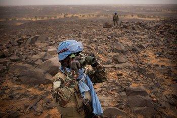 Ser soldado de paz no Mali é uma tarefa perigosa e a missão está sob ameaça constante dos terroristas. Aproximadamente 170 soldados de paz morreram nos últimos cinco anos. O contingente da Guiné marca suas posições no terreno em Kidal, para evitar que os os terroristas bombardeiem um acampameno da Minusma.