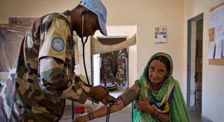 Los médicos de Níger pasan consulta a los residentes en su clínica de Gao, Mali.