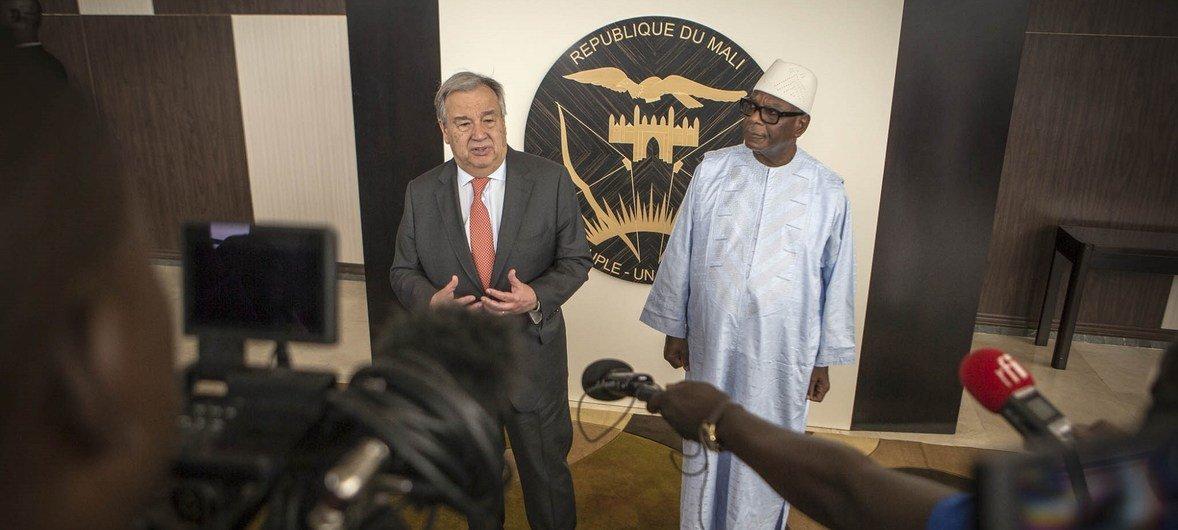 Katibu Mkuu Antonio Guterres (kushoto) amelakiwa uwanja wa ndege wa kimataifa  na rais wa Mali, Ibrahim Boubacar Keita