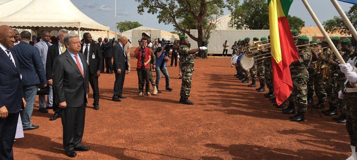 Katibu Mkuu wa Umoja wa Mataifa,António Guterres ahudhuria shereh mjini Bamako, Mali ametoa heshima zake kwa walinda amani katika siku ya kimataifa ya walinda amani.