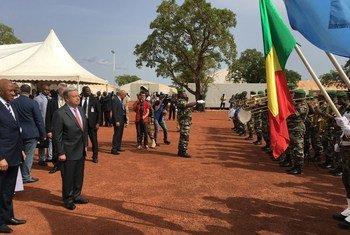 À Bamako, au Mali, le Secrétaire général de l'ONU, António Guterres assiste à une cérémonie rendant hommage à tous les Casques bleus décédés au service de la paix lors de la Journée internationale des Casques bleus des Nations Unies.