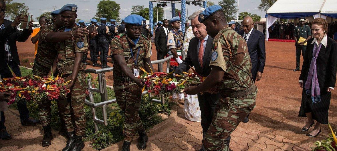 Katibu Mkuu aweka shada la maua katika mnara wa walinda amani waliouawa wakiwa katika  kazi za MINUSMA. Sherehe imefanyika katika kambi ya MINUSMA Bamako.