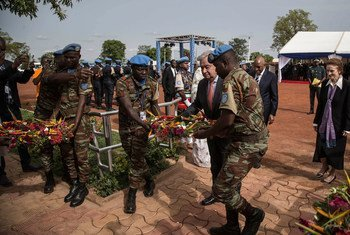 Secretary-General António Guterres lays a wreath to honor peacekeepers killed in the line of duty while serving with the UN Multidimensional Integrated Stabilization Mission in Mali (MINUSMA). The ceremony took place at a MINUSMA Operational Base in Bamako.
