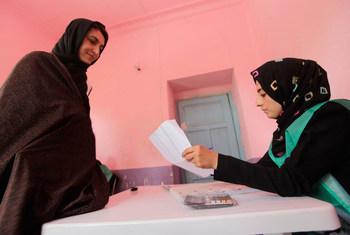 Des femmes afghanes s'inscrivent sur les listes électorales à l'école secondaire Sultan, dans la province d'Herat, en Afghanistan