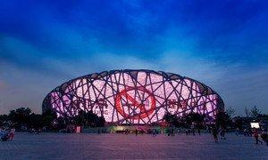 """Le Stade national de Chine, à Beijing, éclairé de nuit par un message antitabac: """" Beijing sans tabac """""""