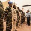 António Guterres, lors de sa visite au quartier général de la Force conjointe du G5 Sahel près de Mopti, au Mali, le 30 mai 2018. Le Secrétaire général a condamné l'attaque perpétrée vendredi contre le quartier général de la Force.