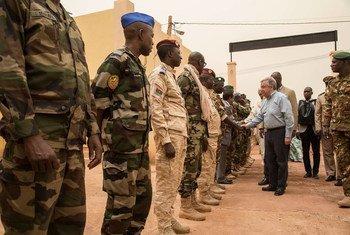 Le Secrétaire général de l'ONU, António Guterres, est accueilli par le général Didier Dacko, Commandant de la Force du G5 Sahel et d'autres responsables des Forces armées maliennes, à son arrivée au quartier général de la Force à Mopti, au Mali.