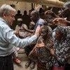 Katibu Mkuu wa Umoja wa Mataifa António Guterres akisalimu watu baada ya kuzuru msikiti,  Mopti, Mali