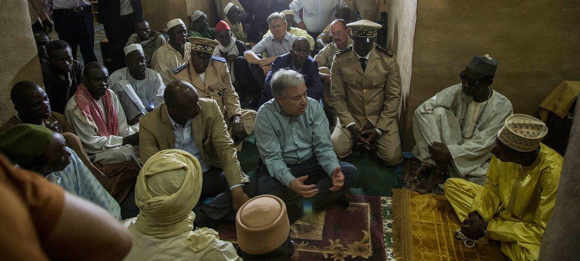 Le Secrétaire général de l'ONU, António Guterres, visite la Grande Mosquée de Mopti, au Mali.