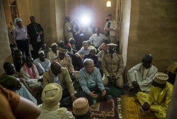 El Secretario General António Guterres en la Gran Mezquita de Mopti, Mali