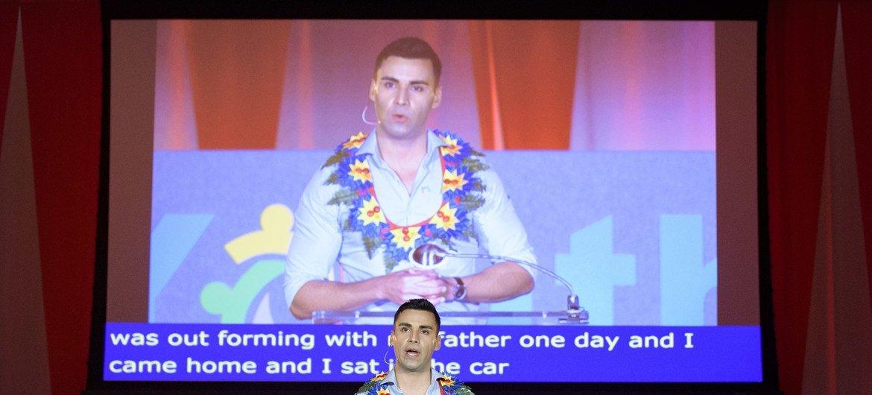 Pita Taufatofua, atleta de Tonga, durante el evento del Diálogo Juvenil de la Asamblea General.