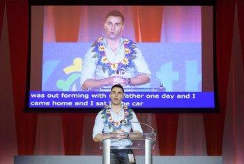 Pita Taufatofua, athlète olympique du Tonga, s'adresse au Dialogue des jeunes de l'Assemblée générale.