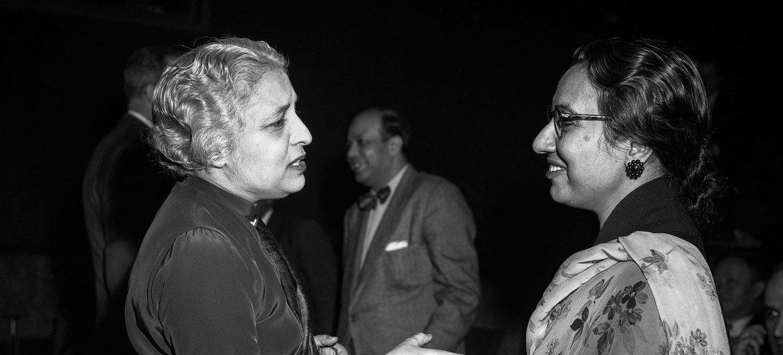 Begum Ikramullah, representante de Pakistán en la Asamblea General, y Vijaya Lakshmi Pandit, diplomática india, tienen conversan antes de que comience el Consejo de Seguridad.