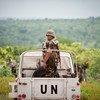 联合国中非稳定团车队正在首都班吉东北部的班巴里进行巡逻。