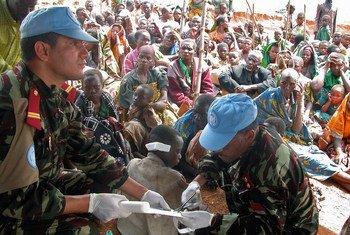 Madaktari kutoka kikosi cha Morocco kilichopo kwenye ujumbe wa Umoja wa Mataifa nchini DRC, MONUSCO wakipatiwa matibabu wakimbizi waliokimbia mapigano jimbo la Ituri.