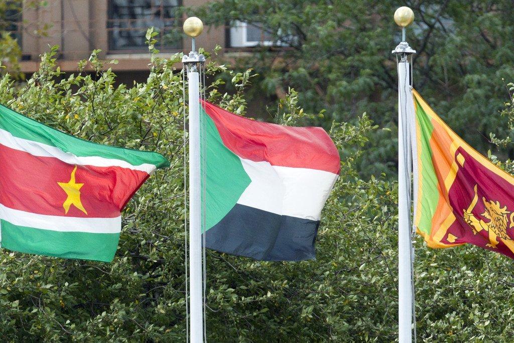 Le drapeau du Soudan (au centre) flottant au siège des Nations Unies à New York.