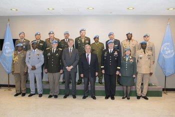 الأمين العام للأمم المتحدة مع المشاركين في المؤتمر السادس عشر للقيادات العسكرية في عمليات حفظ السلام.