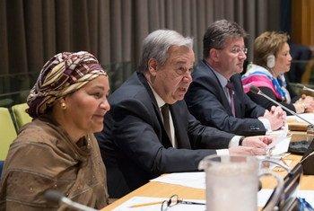 Le Secrétaire général António Guterres (au centre) s'adresse à l'Assemblée générale sur le projet de résolution sur le repositionnement du système de développement des Nations Unies