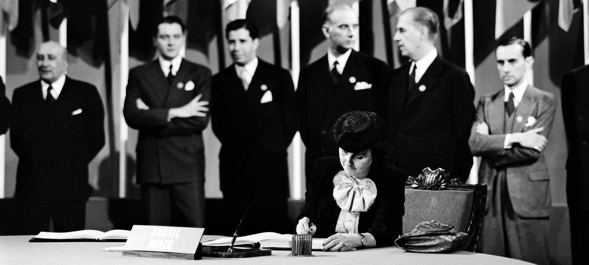 Bertha Lutz firma la Carta de las Naciones Unidas el 26 de junio de 1945.