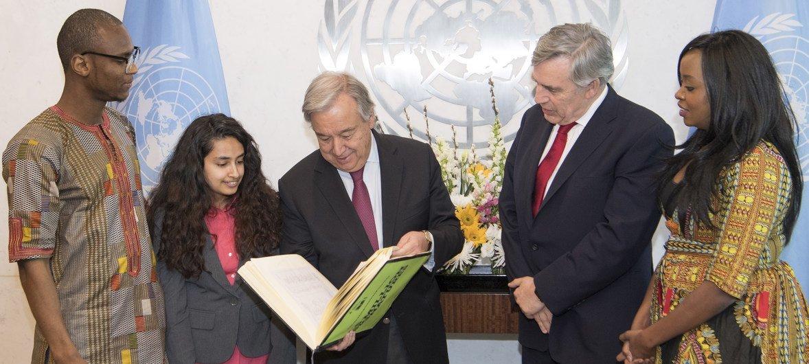 Le Secrétaire général, António Guterres, (au centre) assiste au lancement du Fonds international de financement pour l'éducation avec Gordon Brown (second à partir de la gauche).