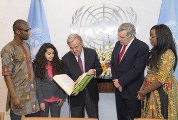 El Secretario General se ha reunido con el enviado especial de la ONU para educación y un grupo de activistas jóvenes que solicitan una mayor y mejor financiación de la enseñanza.