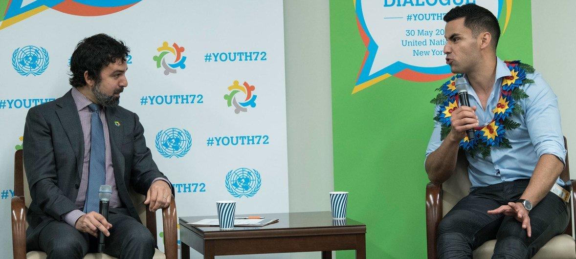 汤加奥林匹克选手皮塔在联大青年对话会议上与联大主席发言人进行对话。