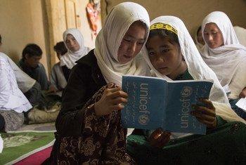 En Afghanistan, l'UNICEF s'efforce de scolariser un maximum d'enfants, avec une attention particulière portée aux filles.