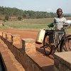 Criança com sua bicicleta no Ruanda