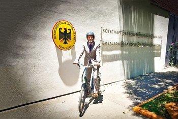 Viktor Elbling, el Embajador alemán en México, utiliza siempre la bicicleta.