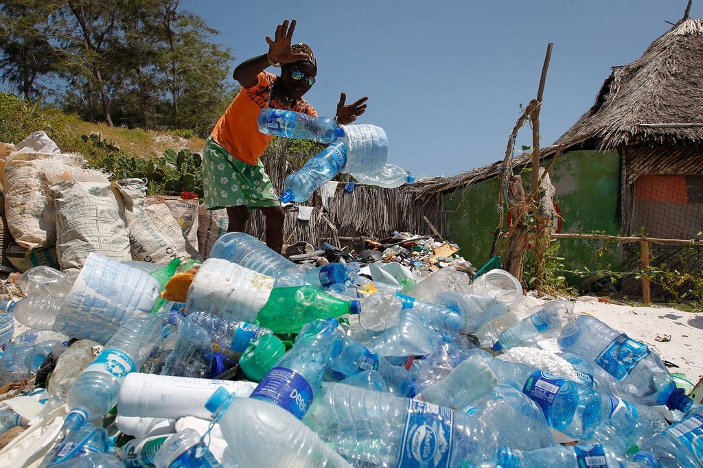 سكان محليون من واتامو في كينيا  يعملون مع السلطات المحلية المعنية بالمحافظة على المحيط لالتقاط البلاستيك على الشاطئ كل يوم جمعة.