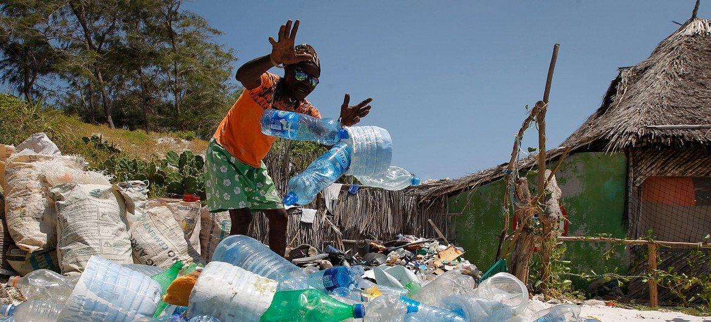 Каждый год в моря и океаны попадает более восьми миллионов тонн пластиковых отходов
