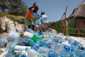 """肯尼亚海滨城市瓦塔姆的当地民众同非政府组织""""当地海洋保护""""一道每周五参加海滩清理塑料垃圾活动。"""