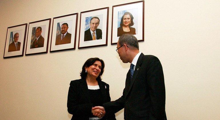 哈亚 •拉希德 •阿勒哈利法是联合国六十年当中当选的第三位女性联大主席。图为她在卸任时与时任联合国秘书长潘基文握手告别。