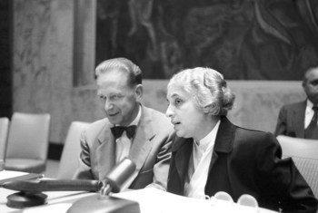此前,仅有三名妇女担任过联合国大会的主席。1953年,印度的维贾亚 •拉克希米 •潘迪特当选联合国大会第八届会议主席,成为首位女性主席。图为潘迪特同时任联合国秘书长达格·哈马舍尔德在一起。