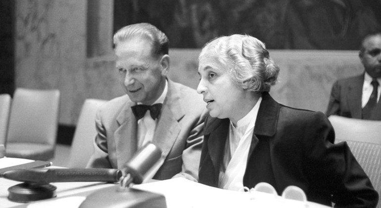 1953年,印度的维贾亚 •拉克希米 •潘迪特当选联合国大会第八届会议主席,成为首位女性主席。图为潘迪特同时任联合国秘书长达格·哈马舍尔德在一起。