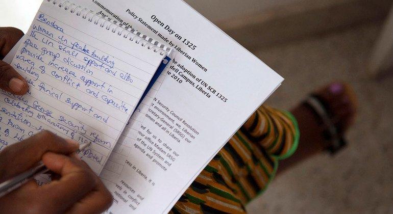 一名利比里亚妇女于2010年在安吉·布鲁克斯中心举行的一场有关妇女、和平和安全的会议上记笔记。