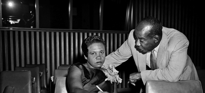 La Libérienne Angie Brooks est devenue la deuxième Présidente de l'Assemblée générale en 1969. Sur cette photo, avant qu'elle ne soit élue, elle discute de la question des territoires autonomes en Afrique avec un collègue haïtien.