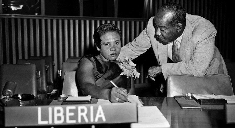 利比里亚的安吉·布鲁克斯在1969年成为第二位女性联大主席。这张照片摄于当选联大主席前。她在同一位海地同事就西南非洲自治领地问题进行交谈。