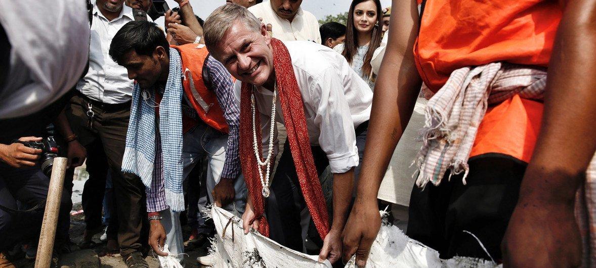 联合国环境规划署执行主任埃里克·索尔海姆与环境署印度亲善大使在世界环境日参加在著名景观泰姬陵举行的清理塑料垃圾活动。