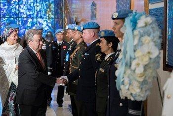 El Secretario General António Guterres durante la ceremonia de conmemoración a los cascos azules que han perdido la vida sirviendo a la bandera de las Naciones Unidas.