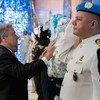 الأمين العام للأمم المتحدة أنطونيو غوتيريش يضع إكليلا من الزهور تكريما لحفظة السلام الذين قتلوا أثناء تأدية واجبهم تحت راية الأمم المتحدة ضمن الاحتفالات باليوم الدولي لحفظة السلام في مقر الأمم المتحدة بنيويورك