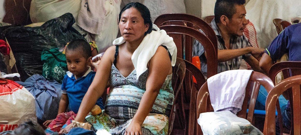 Abrigo Simon Bergano Villegas Berga, em Escuintla, na Guatemala, recebe pessoas deslocadas pelo vulcão Fuego.