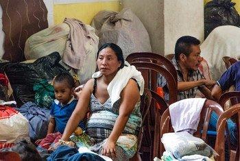 Desplazados por la erupción del volcán el Fuego se refugian en el albergue Simón Bergano en Escuintla, Guatemala.