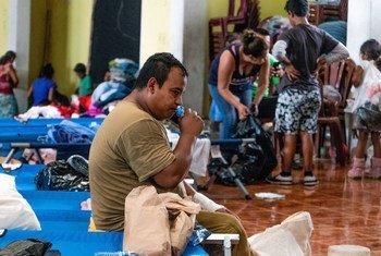 Milhares de famílias estão em abrigos temporários.
