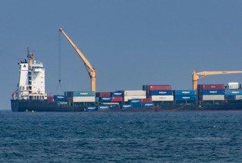 سفينة شحن قبالة ميناء في جمهورية ساو باولو وبرينسيبي الديمقراطية.