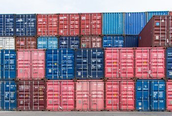 حاويات شحن في ميناء جمهورية ساوتومي.
