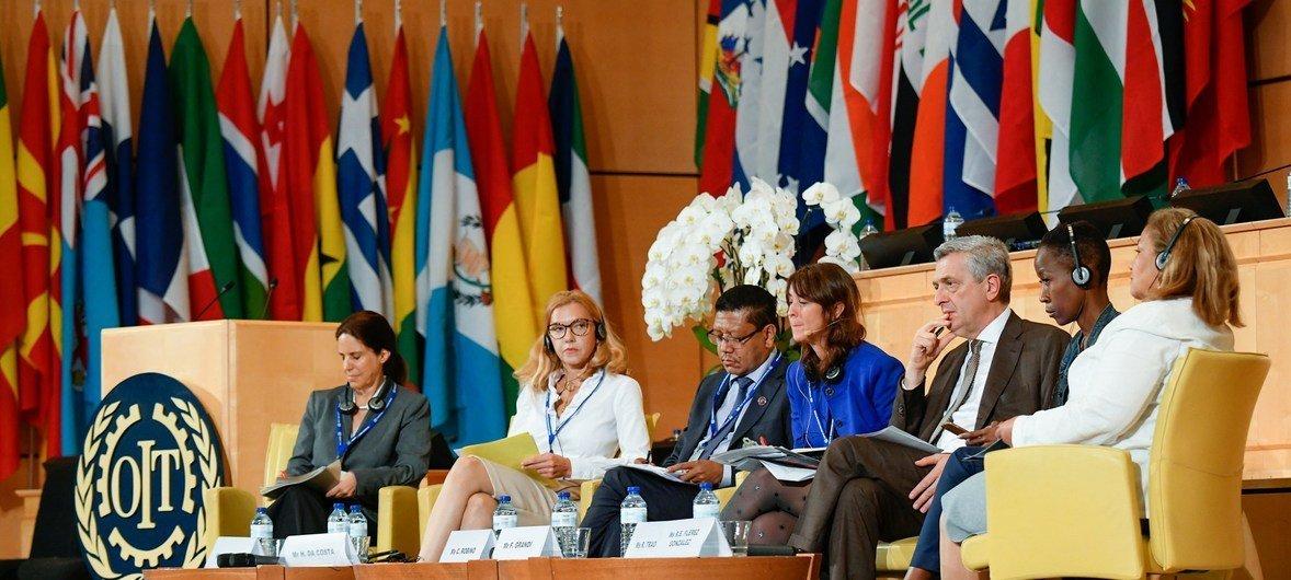 """Participants au Sommet de l'OIT sur le monde du travail 2018 avec pour thème : """"Emploi et travail décent pour la paix et la résilience""""."""