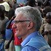 """在南苏丹中赤道州的蒙杜,洛科克与当地利益相关方讨论人道主义形势。蒙杜由南苏丹南部武装""""苏丹人民解放军反对派""""控制。"""
