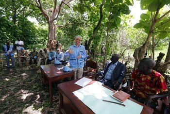 In Mundu, Central Equatoria province – an area controlled by the SPLA-in opposition, Emergency Relief Coordinator Mark Lowcock discusses the situation with local stakeholders.